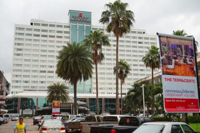 ด้านหน้าโรงแรมแม่น้ำรามาดาพลาซ่า