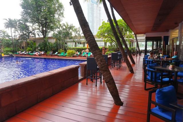 สระว่ายน้ำ โรงแรมแม่น้ำรามาดา