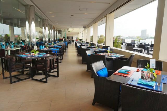 โซนนั่งทานอาหาร โรงแรมแม่น้ำรามาดา